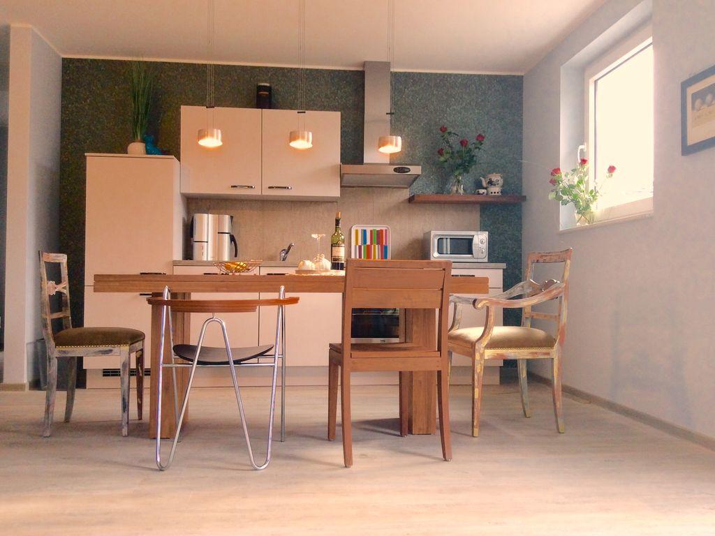 Küchenecke mit Esstisch